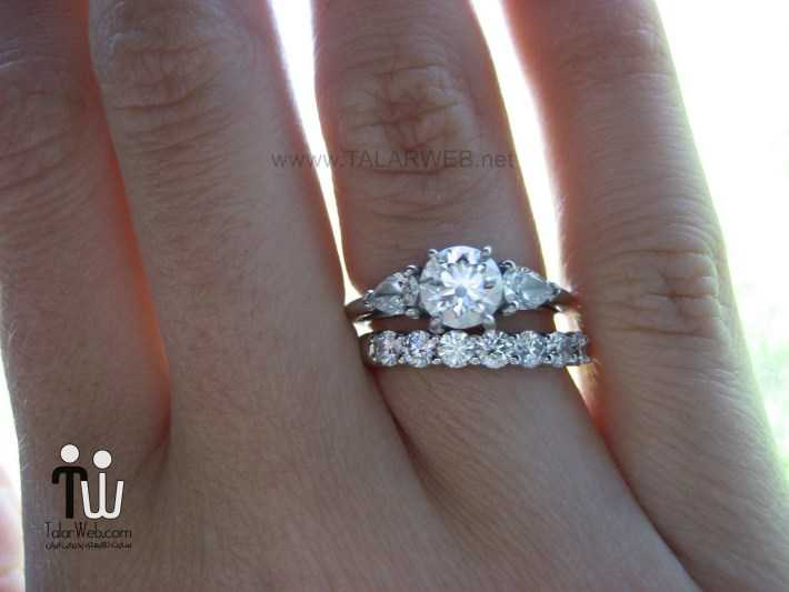 engagement rings and wedding bands on hands - انشگتر نامزدی نگین دار